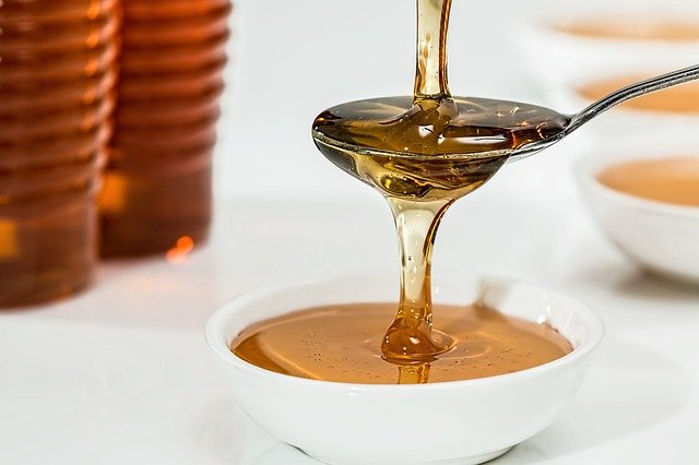 Miele: le proprietà cosmetiche e gli utilizzi per la cura della pelle